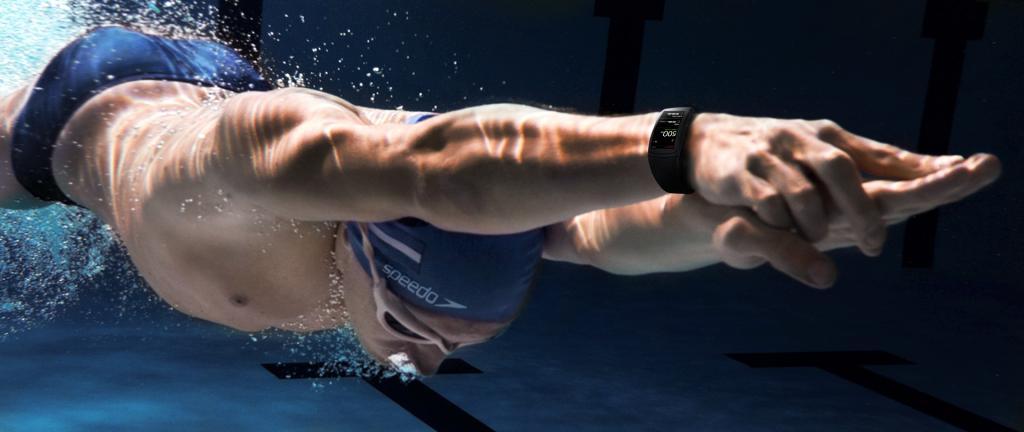 пловец с фитнес-браслетом