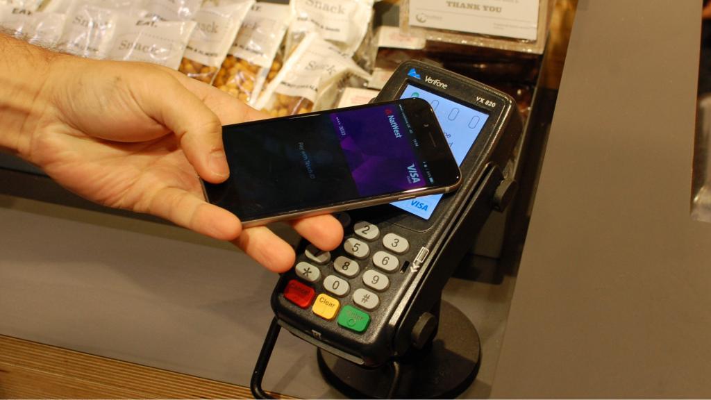 Как расплачиваться с айфона без банковской карты?